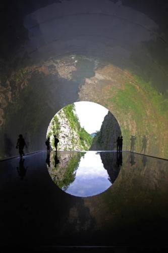 清津峡渓谷トンネル終点からの展望。床に水盤を張った半円状の開口部から清津峡渓谷を見渡せる(写真:安川 千秋)
