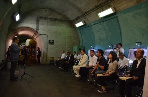 清津峡渓谷トンネルの入坑口近くで、オープニングの7月29日に開催した式典。写真左はあいさつする関口芳史十日町市長(写真:大井 智子)