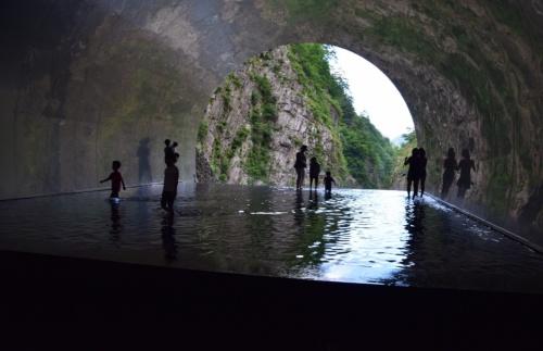 トンネル終点のパノラマステーションの水盤。渓谷を観賞するために、裸足で水に入って奥まで行く仕掛けにした(写真:大井 智子)