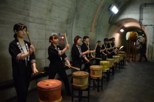 式典では樽を使った「清津峡樽ばやし」演奏が披露された(写真:大井 智子)