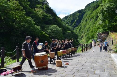 オープニングの式典後、朝早くから多くの人たちが清津峡渓谷トンネルに詰めかけた。「清津峡樽ばやし」はエントランス施設の前でも演奏していた(写真:大井 智子)