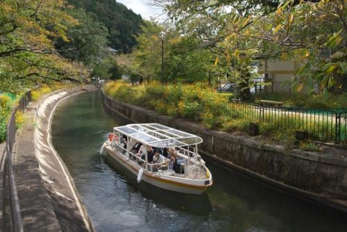 びわ湖疏水船の下り便。約1時間の船旅で、明治期の土木構造物の他、豊かな自然の景観を楽しんだ(写真:生田 将人)