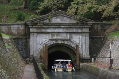 大津乗下船場を出航してすぐ、びわ湖疏水船の下り便は第1トンネルへと入る(写真:生田 将人)