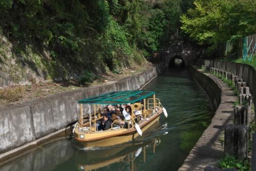 約70年ぶりに復活したびわ湖疏水船。滋賀県の大津から京都市の蹴上まで疏水の流れに沿って航行する下り便(写真:生田 将人)