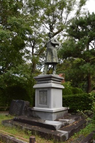 蹴上乗下船場近くの公園にある田邉朔郎の銅像(写真:大井 智子)