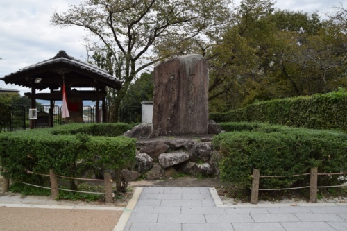 田邉朔郎が自費で建立したという琵琶湖疏水工事の殉職者の碑。「一身殉事萬戸霑恩(いっしんことにじゅんじばんこおんにうるおう)」と刻まれており、17名の殉職者を慰霊している(写真:大井 智子)