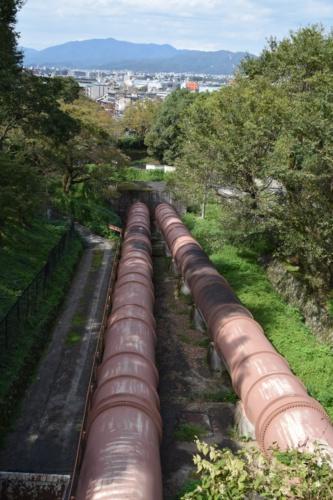 蹴上発電所送水鉄管。巨大な2本の鉄管が斜面に横たわる(写真:大井 智子)
