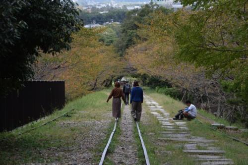 蹴上インクラインに残るレールは長さ約582m。レールの上を歩く姿が映画「スタンド・バイ・ミー」を思い起こさせる(写真:大井 智子)
