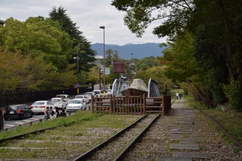インクラインのすぐ隣は、車の往来が激しい仁王門通(写真:大井 智子)