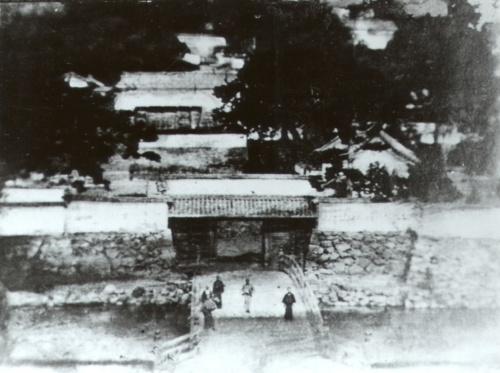 明治初めに撮影された、鳥取城跡の正面玄関に当たる「大手登城路」の様子。手前が擬宝珠橋(写真:鳥取市)