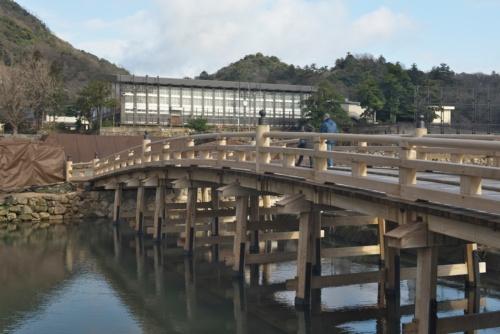 2018年に完成した擬宝珠橋。水面より上の木橋部分は、明治元年に架け替えた橋を忠実に復元した(写真:生田 将人)
