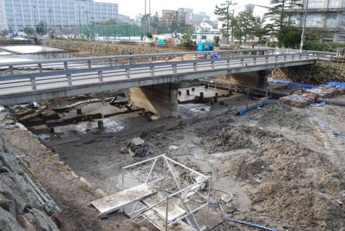 架け替え前のコンクリート造の橋。2011年に実施した堀底の発掘調査の様子(写真:鳥取市)