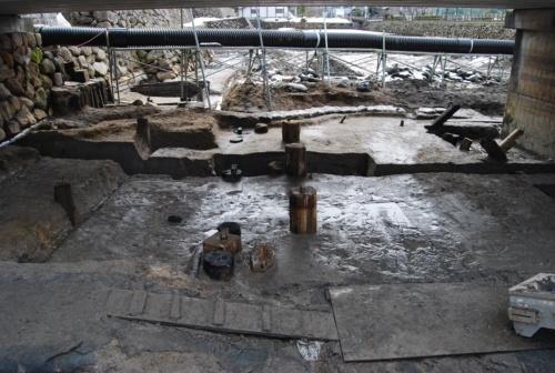 堀底から橋脚遺構の他、床板が発掘された。1621年創建の擬宝珠橋よりも昔に架かっていた「欄干橋」と思われる遺構も検出。これらの遺構は現在も水中で保存されている(写真:鳥取市)