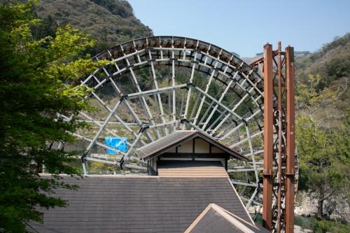 佐伯市の大水車は、逆落とし形式の動力水車だ。隣接する導水鉄塔から水受け部に水を落とし、その重さと勢いで1分間に2.5回転する(写真:イクマ サトシ)
