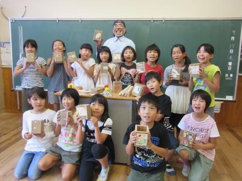 地元小学校の3~4年生14人がペン立て作りに挑戦した(写真:佐伯市)