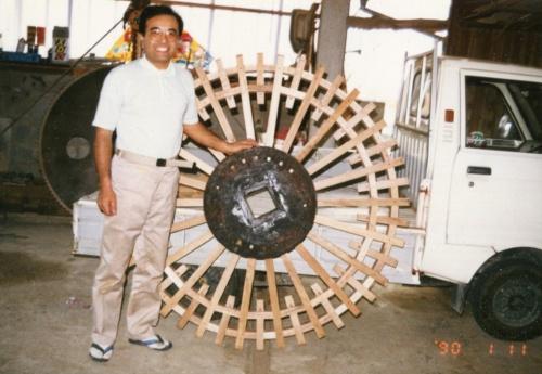 40歳の頃の野瀬代表。部材の使い回しで水車を製作した(写真:野瀬建設)