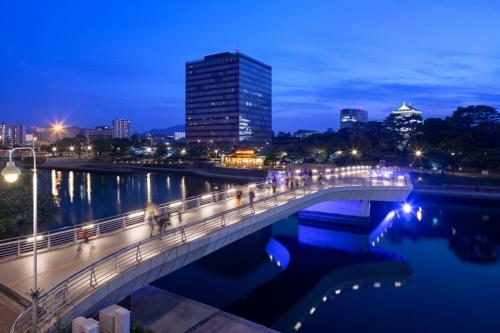 紫川に架かる鷗外(おうがい)橋越しに、西側橋詰め広場付近の整備区間を望む(写真:イクマ サトシ)