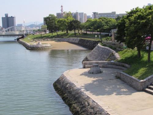 改修前。コメダ珈琲店の計画地付近は、水辺の遊歩道が途切れていた(写真:北九州市)