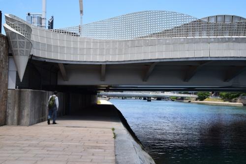 改修後の中の橋。橋の下も遊歩道をつなげて歩けるようにした(写真:大井 智子)