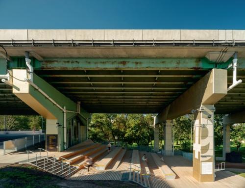 高架下にある腰掛け用のベンチ。イベント時は観覧席になる。ストラハン通りに面する(写真:Nic Lehoux)