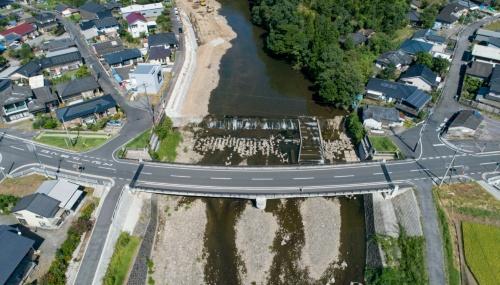 西側からの空撮。新山田橋の写真上側に旧山田橋が架かっていた。旧橋の軸線上の3カ所に芝生広場を整備した(写真:イクマ サトシ)