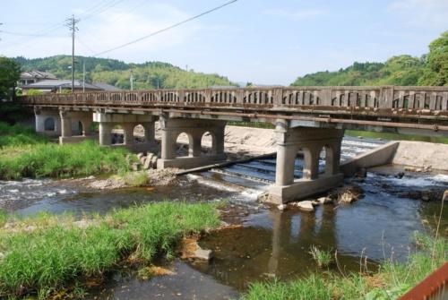 解体前の旧山田橋。橋長約60m、幅員約6mの6径間の鉄筋コンクリートT桁橋。橋の奥は取水堰で、川の中央に段状の魚道が見える(写真:第一工業大学羽野研究室)