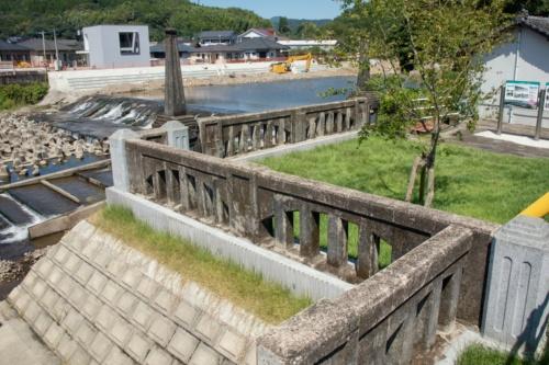 旧山田橋の橋詰め付近に整備した「やまだばし思い出テラス」(左岸側)。橋の架け替えで生じた道路残地の3カ所で構成する(写真:イクマ サトシ)