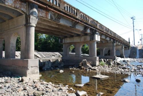 解体前の旧山田橋。1929年建造の6径間の鉄筋コンクリートT桁橋で、橋長は約60m。アーチ形状が橋脚や高欄で連続するデザインが特徴的だった(写真:第一工業大学羽野研究室)