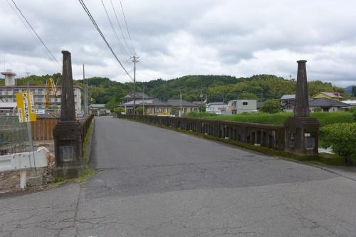 解体前の旧山田橋。親柱の高さは2.86m。1929年の創建当初は頭部に橋灯が載っていた(写真:鹿児島県)