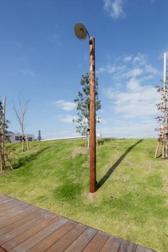 背の高い照明柱(写真:イクマ サトシ)