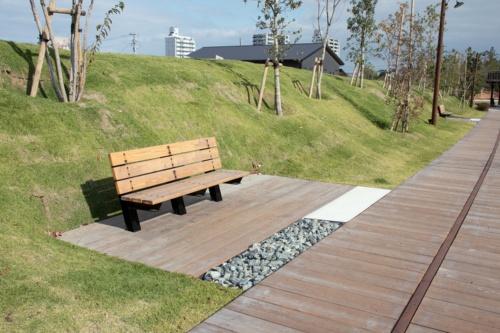 車いすが方向転換できるスペースを確保した「バリアフリーベンチ」。広場の4カ所に設置した(写真:イクマ サトシ)