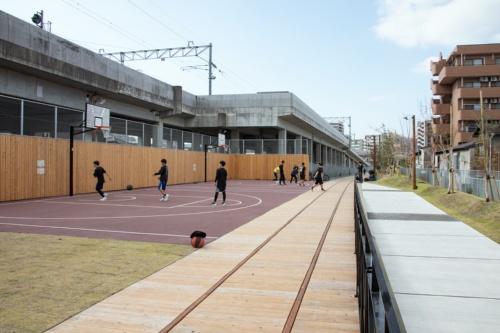 西側エリアのバスケットコートは小・中・高校生らに大人気。広場の中間地点にあり、にぎわい作りに大きく貢献していた。線路デッキの右側はスロープ(写真:イクマ サトシ)