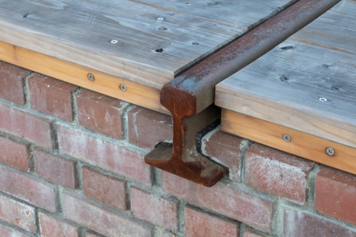 線路デッキの端部。レールの断面を見ることができる(写真:イクマ サトシ)