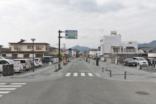 松崎地区の街路。歩車道は全面フラットで柵や縁石はない。街路全体が大きな広場のようなイメージでデザインした(写真:生田 将人)