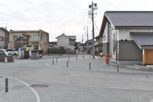 松崎地区西側の「山頭火ふるさと館」(右)の前に、イベントなどで活用できる小広場を設けた。小広場を囲むように半円状に車止めを配置している(写真:生田 将人)