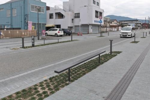 植栽帯に設置したベンチのような構造物は横断防止柵。道路空間を一体的に使うようなイベント時は撤去できる(写真:生田 将人)