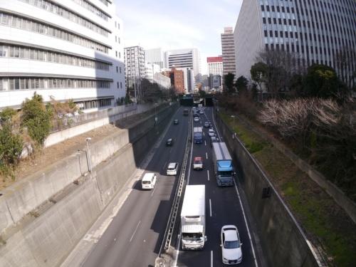 掘割構造になっている首都高都心環状線の銀座付近。左が銀座側、右が築地側(撮影:山崎 一邦)