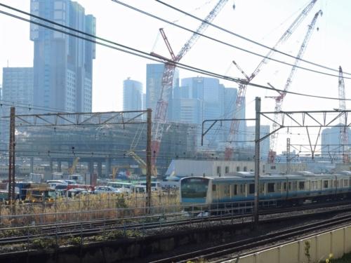 品川新駅の建設現場の前を通過するJR京浜東北線の列車。同路線の線路のうち1本を新駅の後方に切り替える。2017年12月に撮影(撮影:日経コンストラクション)