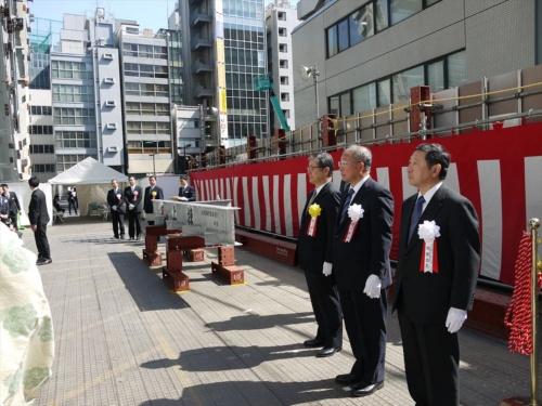 4月9日の上棟式の様子。右手前が後藤高志・西武HD社長(写真:日経アーキテクチュア)