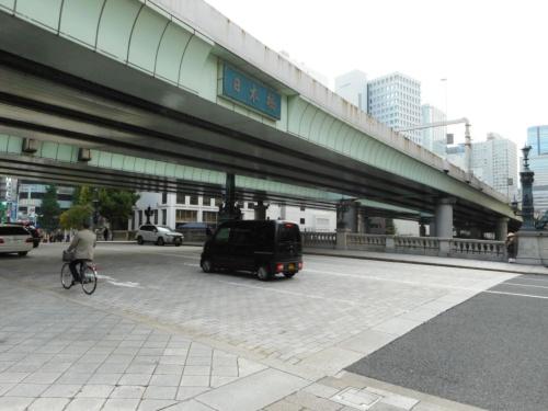 日本橋と上空を覆う首都高都心環状線。高架橋は東京五輪前年の1963年に建設された(写真:日経コンストラクション)