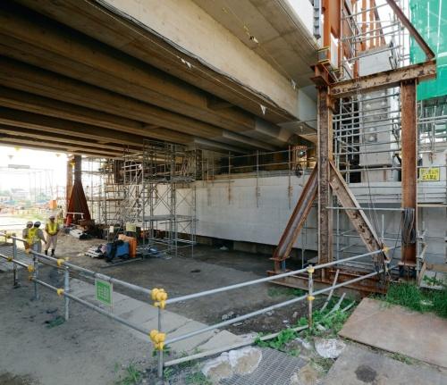 JR総武線との交差部の工事。門形橋脚に設置した受け桁で、既存の高架橋を受け替えた(写真:大村 拓也)