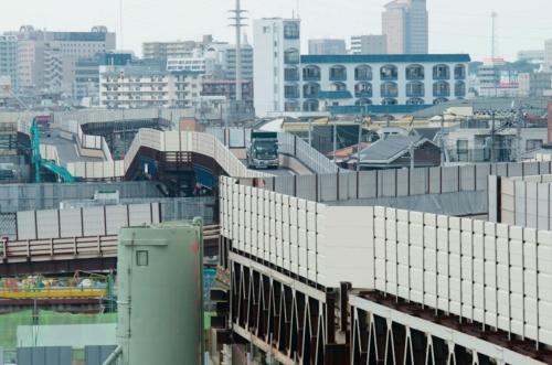工事用に設けた仮橋上を走行するダンプトラック。市川南IC付近。仮橋は掘削を妨げない桟橋構造で造った(写真:大村 拓也)