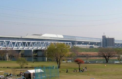 開通区間は、東京都葛飾区内も通過する。写真は都県境を流れる江戸川に架けた外環道の高架橋(写真:日経コンストラクション)