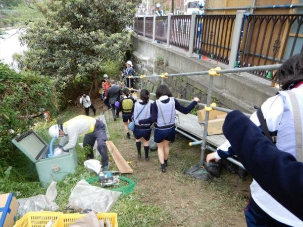 三輪田学園は新見附濠のすぐ脇に位置する。生徒たちは普段から新見附濠を見慣れているものの、水際に近づくのは初めて。「一般の人もボートに乗れるようにして、外濠の良い面、悪い面の両方を知ってほしい」と話す生徒もいた(写真:三上 美絵)