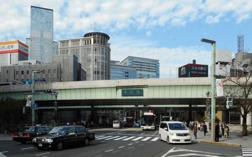 日本橋の上空を覆う首都高都心環状線。撤去するのは早くても2030年となる見込み(写真:日経コンストラクション)