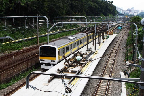 線路の間に出現した飯田橋駅の新ホーム。早稲田通りの牛込橋から見下ろす(写真:大野 雅人)