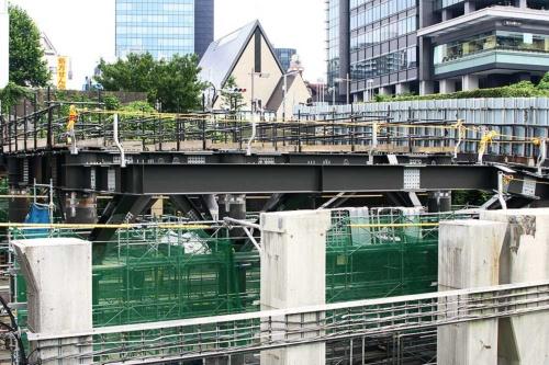 現在は旧駅舎が解体され、新駅舎の整備に向けて鉄骨柱などの建て込みが進む(写真:大野 雅人)