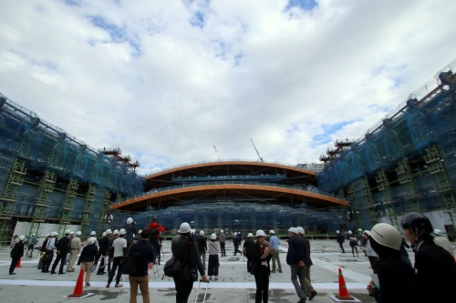 2018年11月7日、報道陣に初めて公開された有明体操競技場の施工現場。2回目のリフトアップが公開された。公開時点の工事の進捗率は約50%。東京都江東区、東雲運河沿いの敷地で建設が進む(写真:日経アーキテクチュア)
