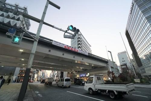 銀座通り口交差点から見るKK線の高架橋。桁下の商業施設の入居料で運営するため、通行料金は無料だ(写真:日経コンストラクション)