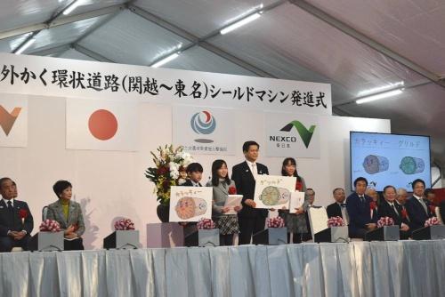 1月26日の発進式には石井啓一・国土交通大臣や小池百合子・東京都知事らが参加。一般公募していたシールド機の愛称は「カラッキィー」と「グリルド」に決まった(写真:日経コンストラクション)